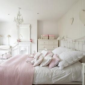 Металлическая кровать в спальне прованского стиля