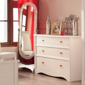 Напольное зеркало около комода в спальне