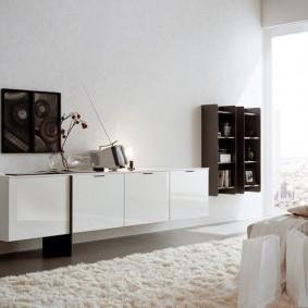 Подвесная мебель на стене спальни