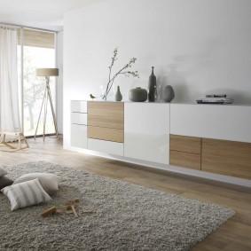 Серый ковер на полу большой спальни