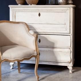 Мягкое кресло с золотистым декором