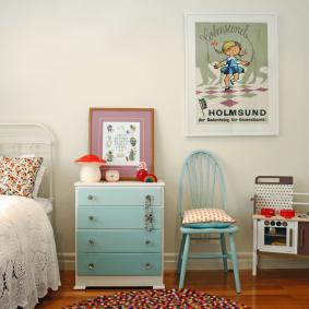 Голубой комод в спальне мальчика