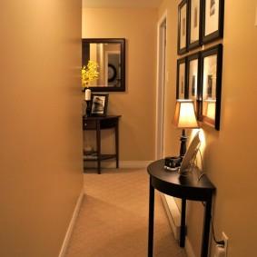 Полукруглый столик вдоль стены в коридоре