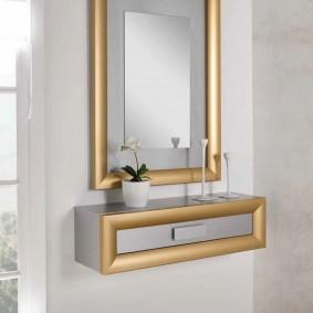 Золотистый декор на мебели в прихожей