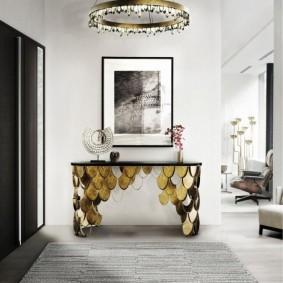 Золотистые чешуйки на консольном столике