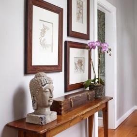 Деревянный столик в коридоре квартиры