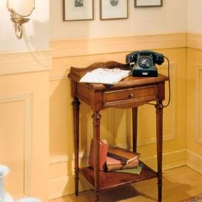 Старый телефон на столике в прихожей