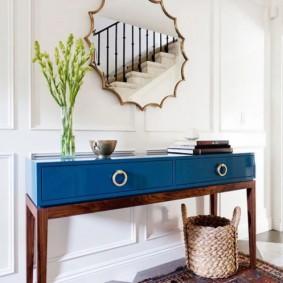 Синий столик в коридоре с лестницей