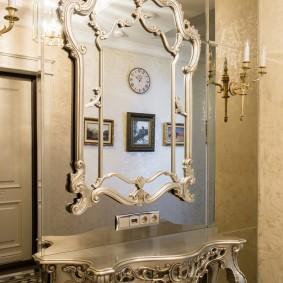 Красивое зеркало с фигурной рамой