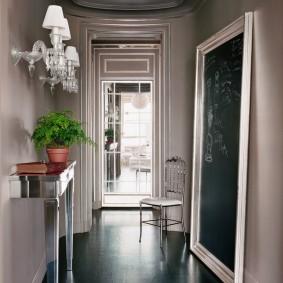 Напольное зеркало в интерьере коридора