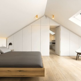Светлая комнате с мансарде загородного дома