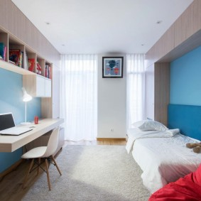 Спальная комната с кроватью и консольным столом
