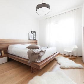 Широкая кровать в белой спальне