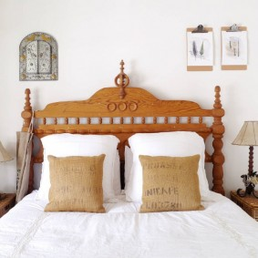 Красивое изголовье деревянной кровати