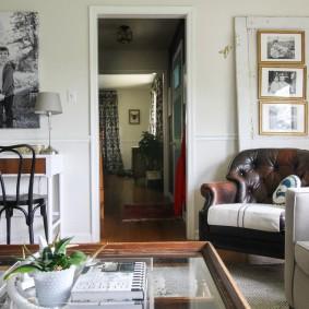 Дверь в гостиной комнате в загородном доме