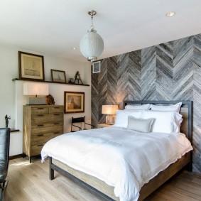 Серые доски на стене спальни