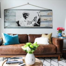 Раскладной диван с кожаной обивкой