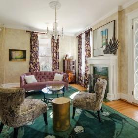 Красивая гостиная с камином в интерьере