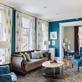 Светлые шторы в гостиной с синими стенами