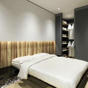 Широкая кровать с белым покрывалом