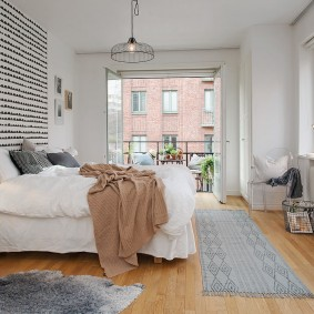 Светлая спальня с выходом на балкон