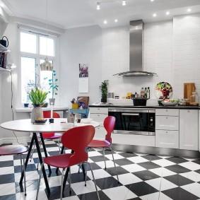Шахматная укладка плитки в кухне-гостиной