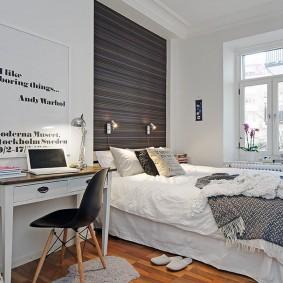 Небольшой столик у стены в спальне