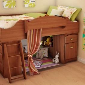 Коричневая кровать-чердак для маленького ребенка