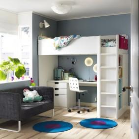 Круглые коврики на полу детской комнаты