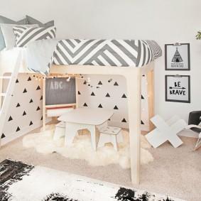 Высокая кровать в скандинавском стиле в детской комнате