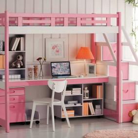 Кровать-чердак в комнате девочки