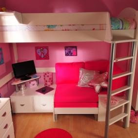 Розовый диванчик на нижнем ярусе кровати-чердака