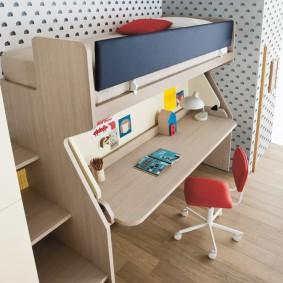 Компактная кровать-чердак из ЛДСП в углу детской комнаты