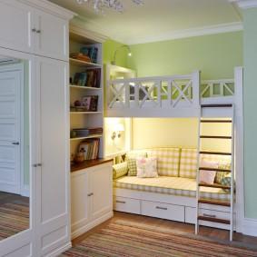 Двухъярусная кровать в комнате двух девочек