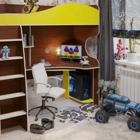 Рабочее место ребенка перед окном в комнате