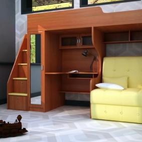 Узкий диванчик в комнате мальчика