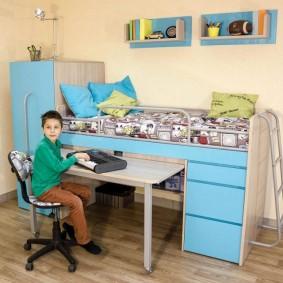 Стол для занятий в комнате мальчика