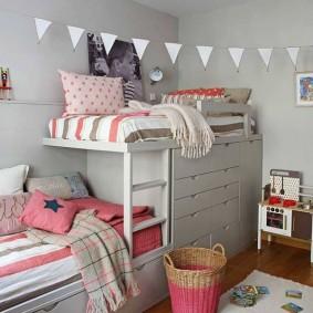Шкаф для вещей в нижнем ярусе детской кровати
