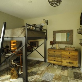 Деревянный комод в квадратной комнате