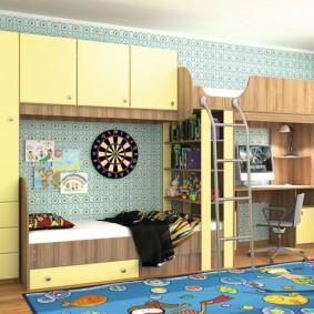Двухъярусная мебель вдоль стены в детской комнате