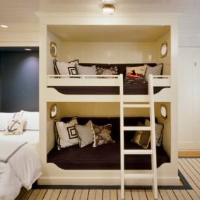 Двухъярусная детская кровать в спальне родителей