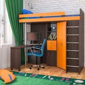 Компьютерный стол на нижнем ярусе кровати-чердака