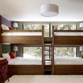 Спальные места в комнате для четырех детей