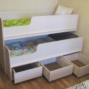Удобные ящики внизу детской кровати