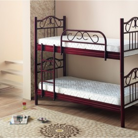 Кровать на металлическом основании для двоих детей