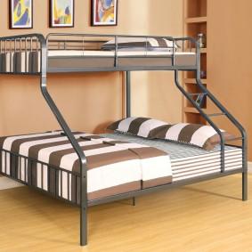 Металлическая кровать для организации спальных мест в детской