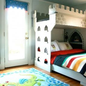 Одеяло в полоску на кровати мальчика