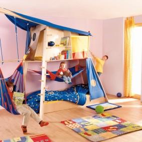 Игровая кровать в детской спальне