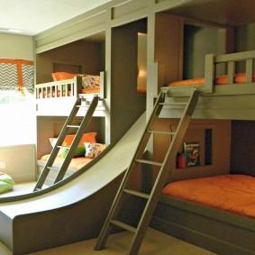 Встроенная двухъярусная кровать с горкой
