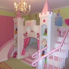 Кровать в виде сказочного замка в комнате девочек
